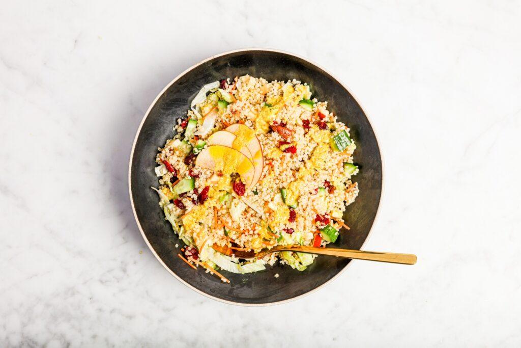 Vegan quinoa salade met sinaasappeldressing