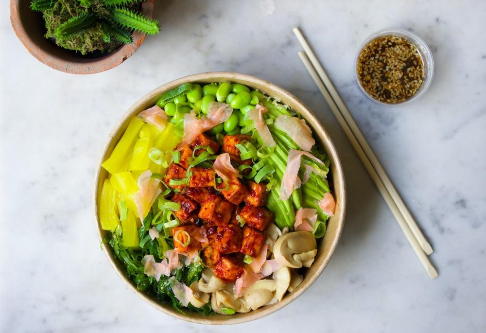 Poké bowl met gemarineerde tempeh