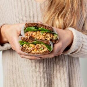Sandwich met kikkererwtensalade