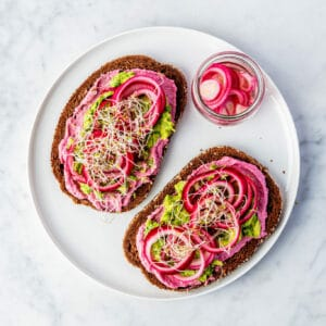 Avocadosmash sandwich met ingemaakte uien