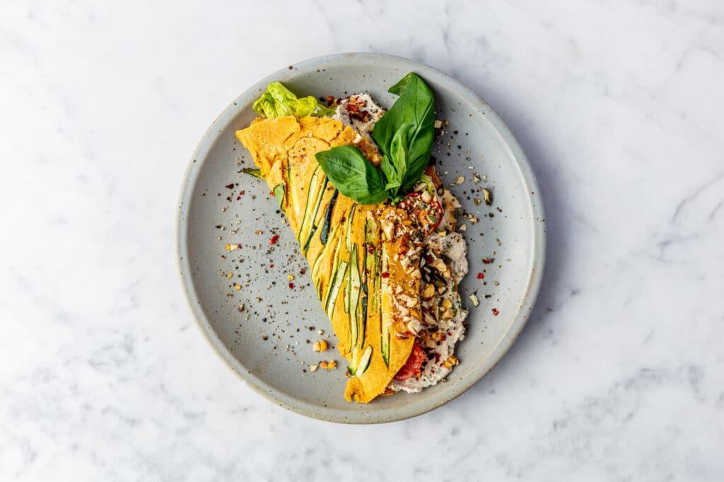 Vegan omelet gemaakt van kikkererwtenmeel