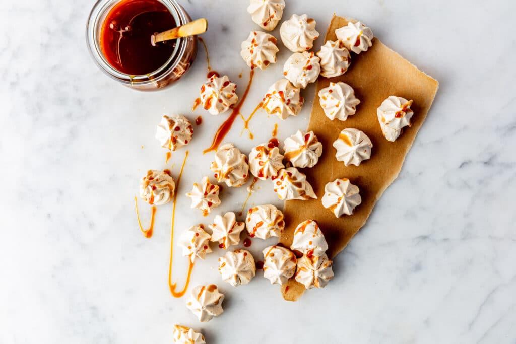 Vegan salted caramel meringue Dit is de bekendste manier om aquafaba te gebruiken. Je kunt het opkloppen zoals eiwitten en er heerlijke, zoete vegan meringues van maken. https://livingthegreenlife.com/recepten/vegan-salted-caramel-meringue/