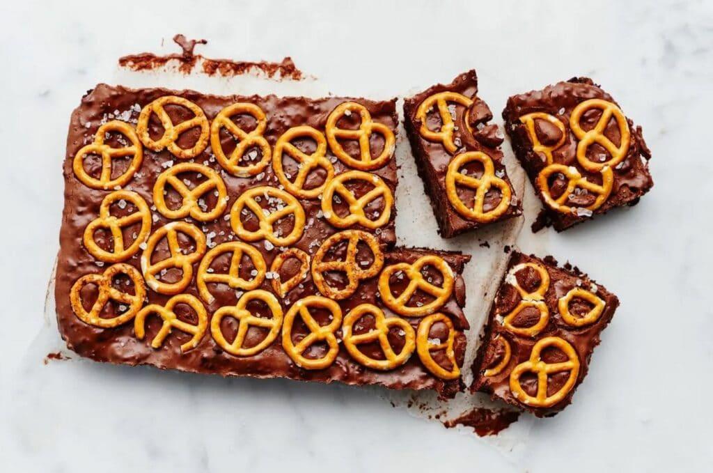 vegan brownie met pretzels