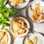 Gepocheerde peer met vanille dadel yoghurt recept