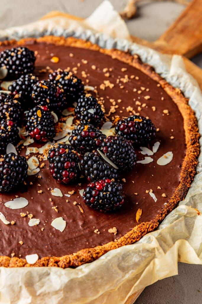 Vegan chocoladetaart met sinaasappel en bramen receptfoto